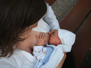Stillende Mutter ohne Stillkissen mit Baby